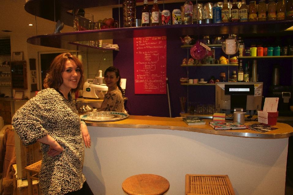 """Audrey de Syllepse Cosmetics et Sonia de """"Les Bulles """"(derrière le bar)"""